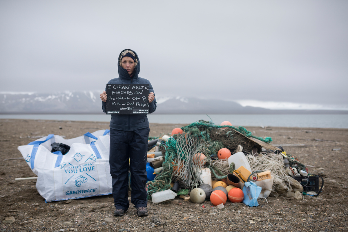 Trash Clean up on Arctic Beach in Svalbard © Christian Åslund / Greenpeace