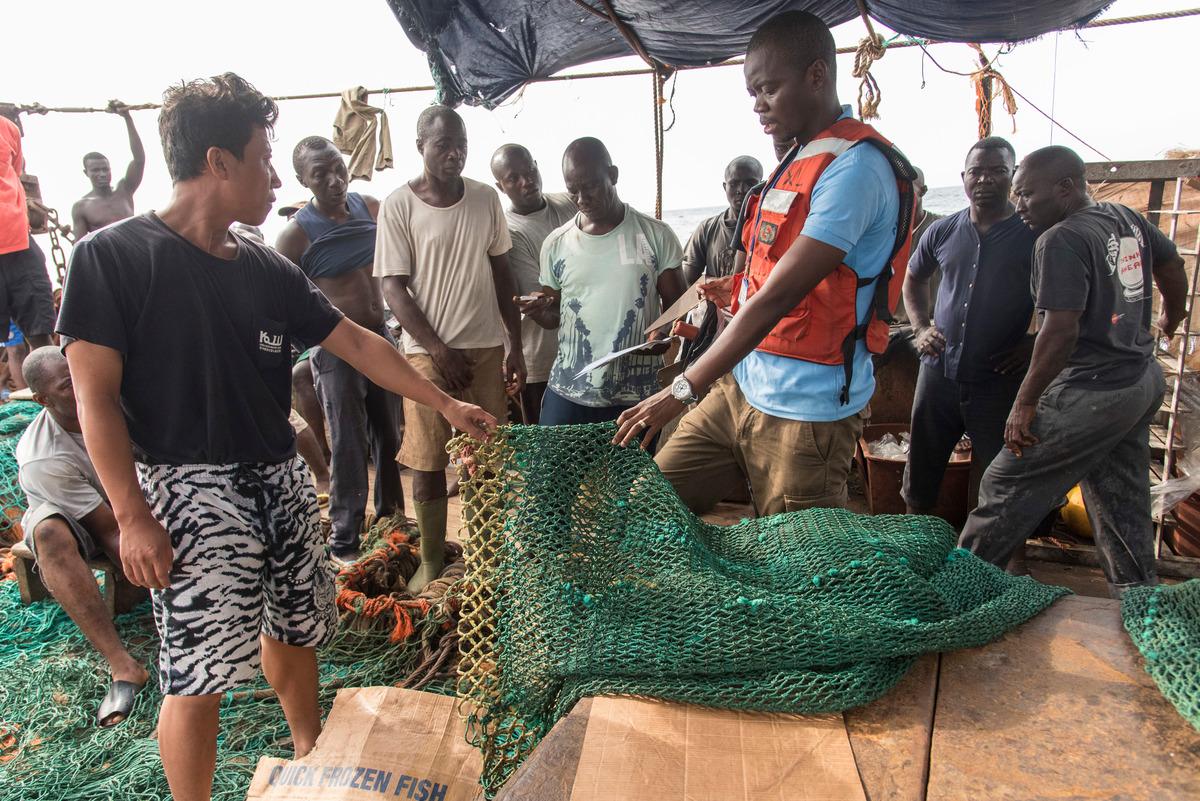 Inspection of Korean Fishing Vessel in Sierra Leone © Pierre Gleizes / Greenpeace