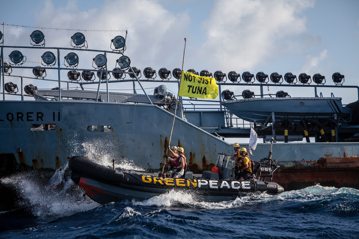 Activists Confront Supply Vessel Explorer II in the Indian Ocean © Will Rose / Greenpeace