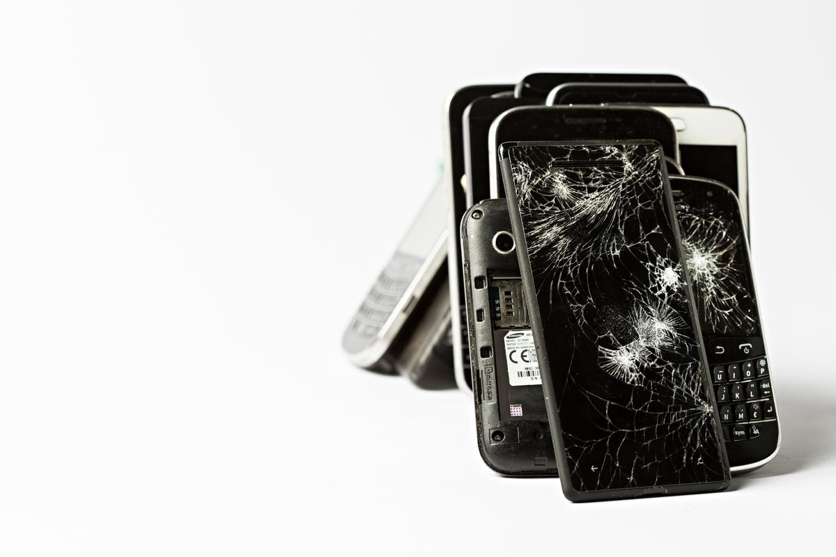Broken Smartphones © Fred Dott / Greenpeace