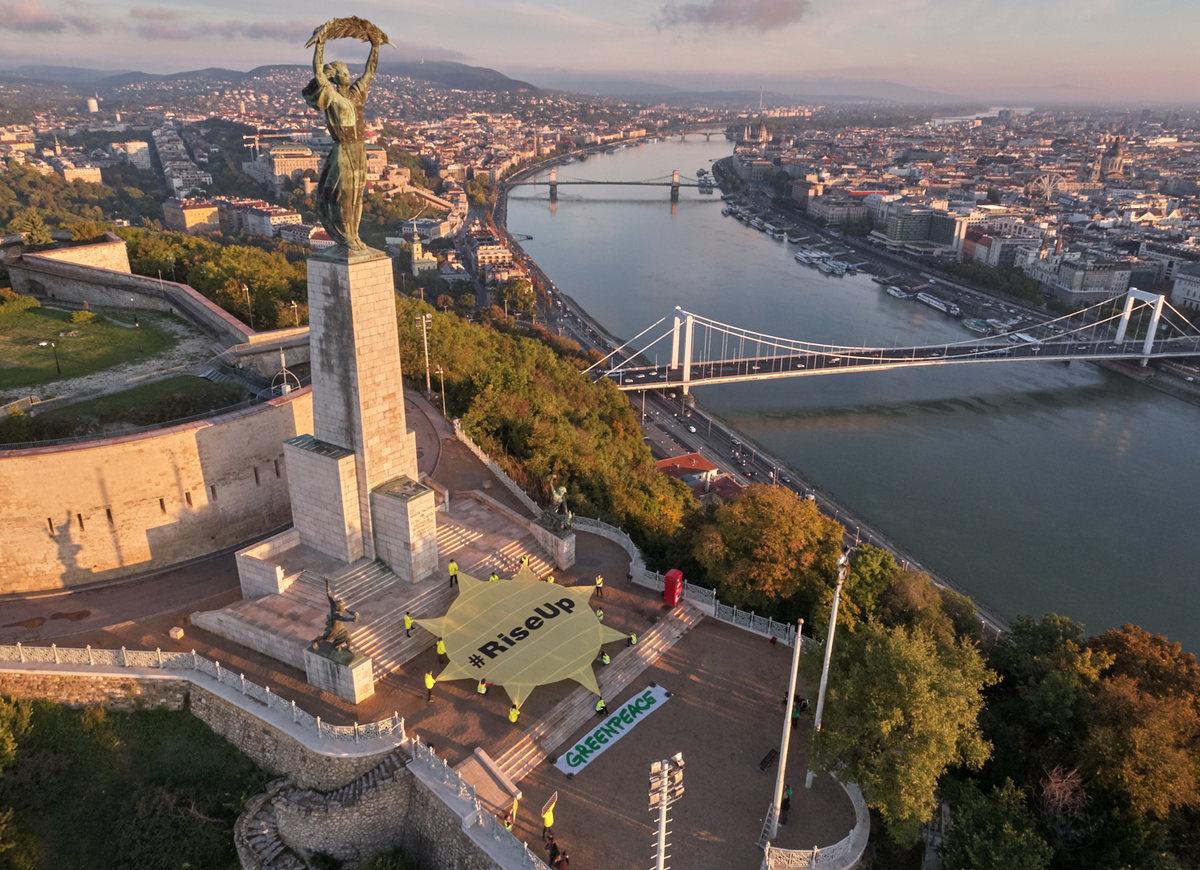 Sunrise Action in Budapest, Hungary © Attila Pethe / Greenpeace