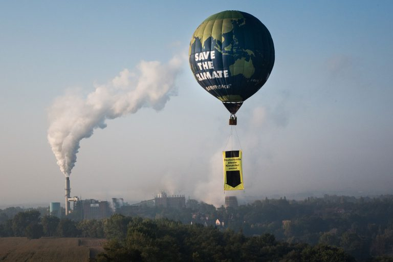 Greenpeace Hot Air Balloon Flies over Deuben Coal-Fired Power Station © Ruben Neugebauer / Greenpeace