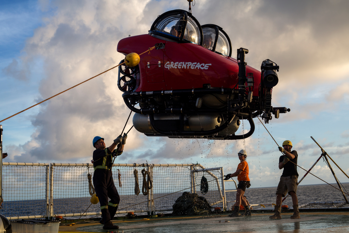 The submarine is retrieved on MY Esperanza. © Marizilda Cruppe / Greenpeace