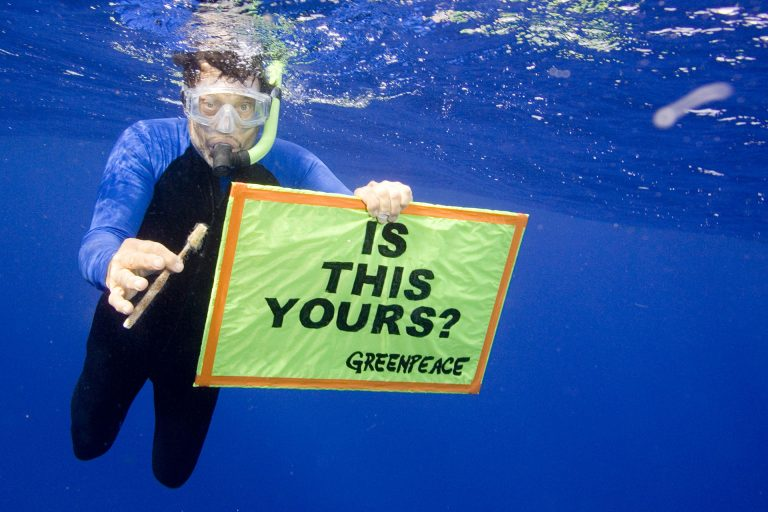 Defending Our Oceans Tour - Hawaii Trash (Hawaii: 2006) © Greenpeace / Alex Hofford