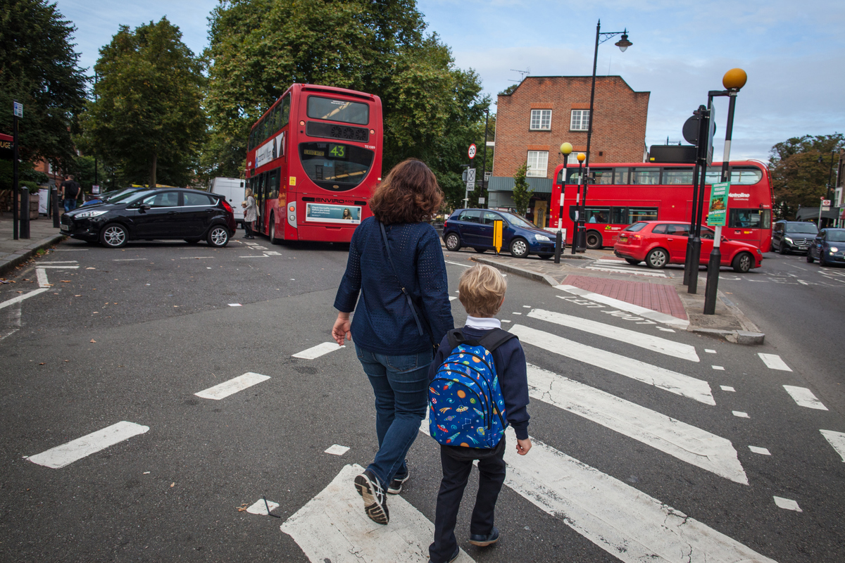 Children Walking to School in London © Elizabeth Dalziel / Greenpeace