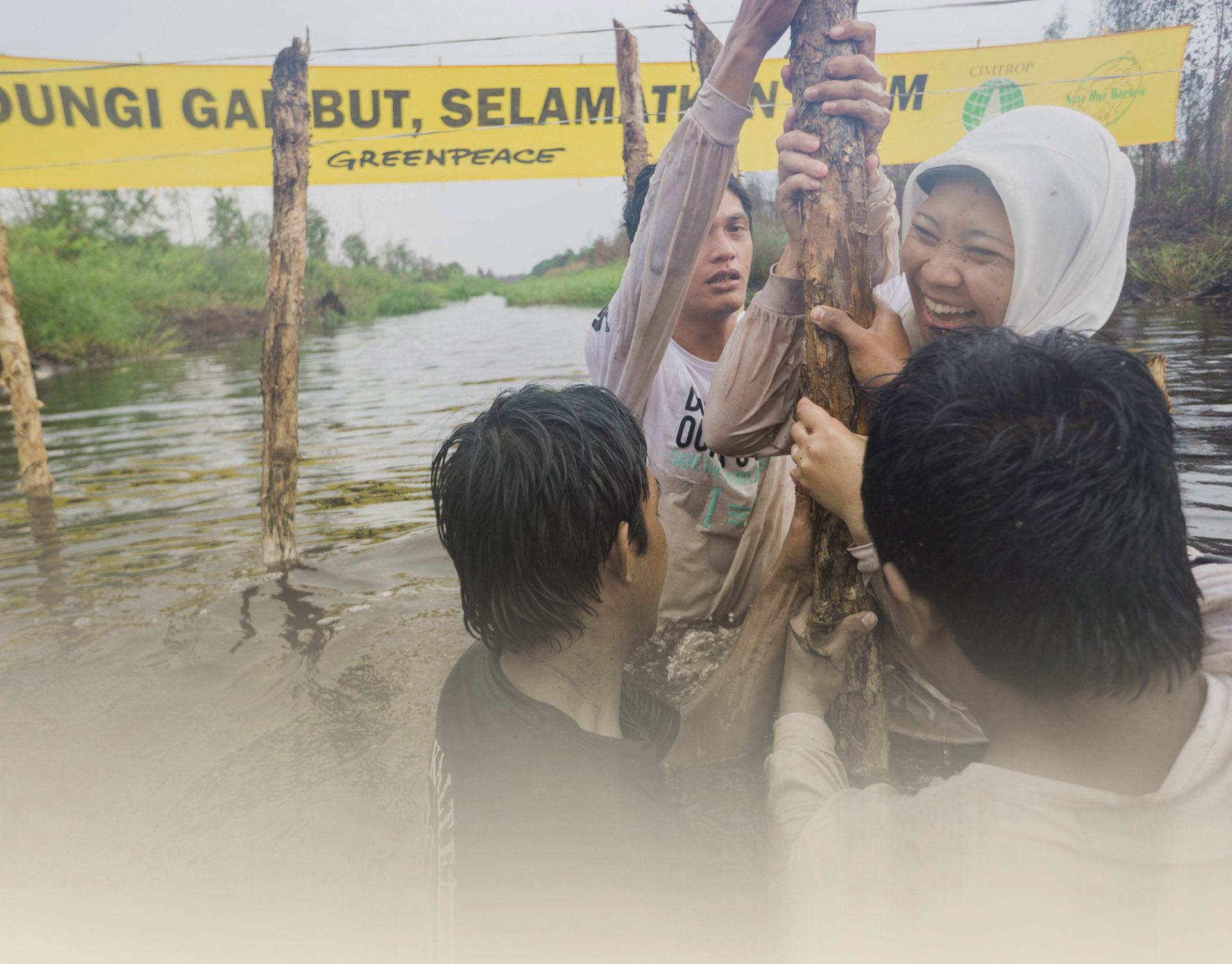Damming Activity in Central Kalimantan. © Ardiles Rante / Greenpeace