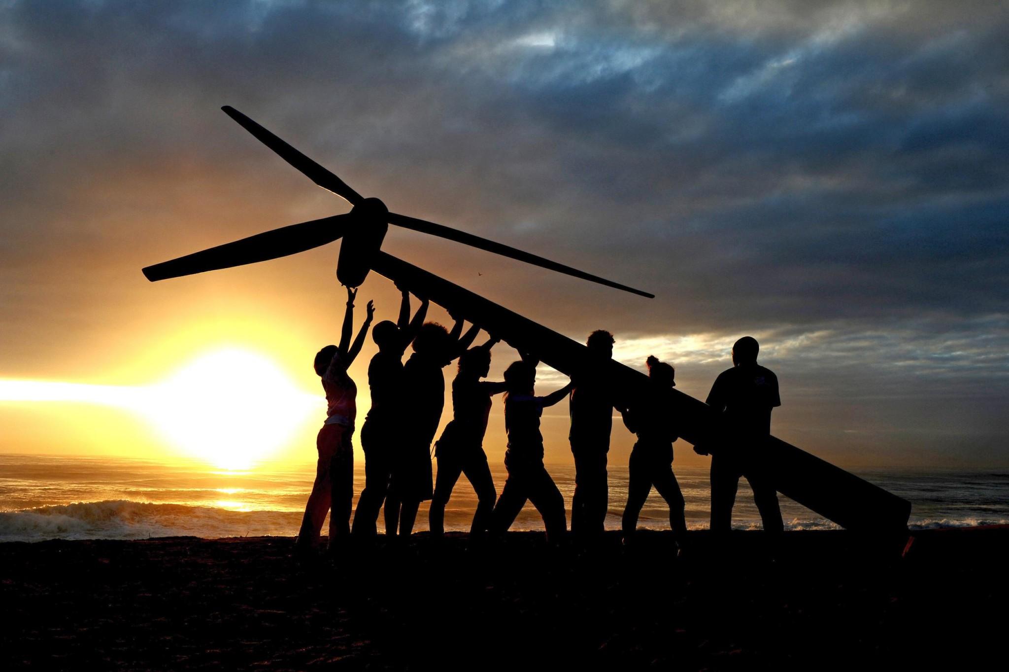 Raising a Wind Turbine in Durban. © Shayne Robinson / Greenpeace