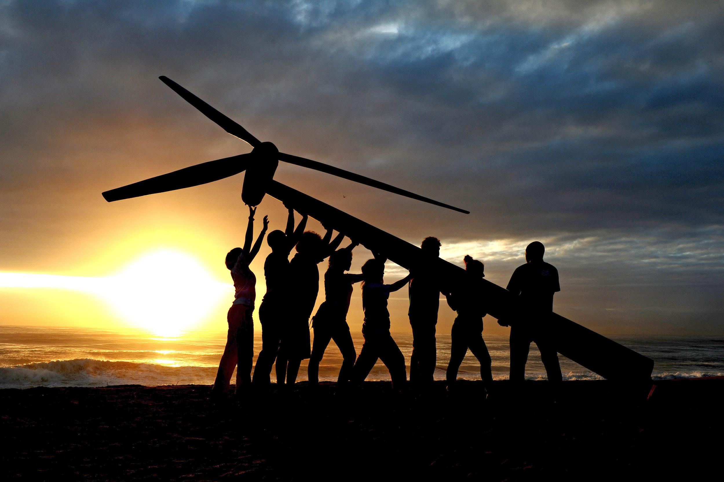 Raising a Wind Turbine in Durban. © Shayne Robinson / Greenpeace