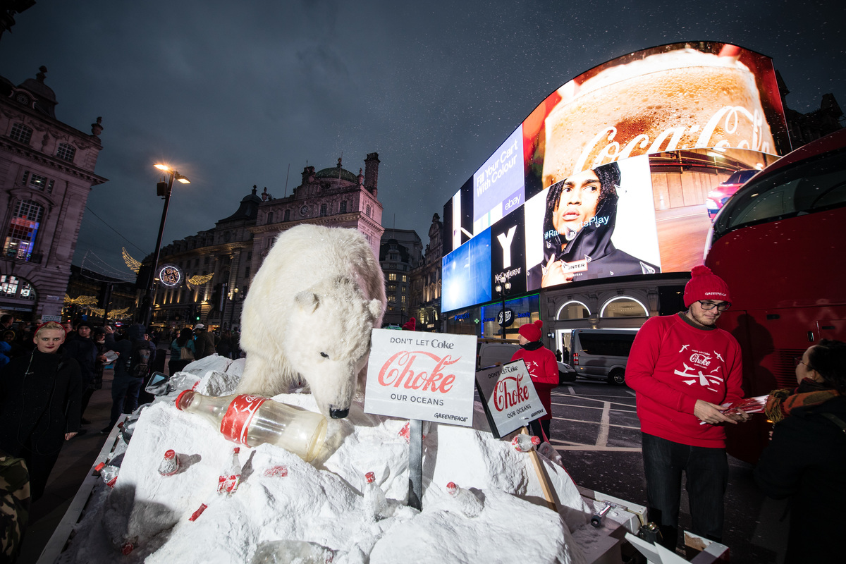 Polar bear hijacks Coke's holiday advertising in London. © Chris J Ratcliffe / Greenpeace