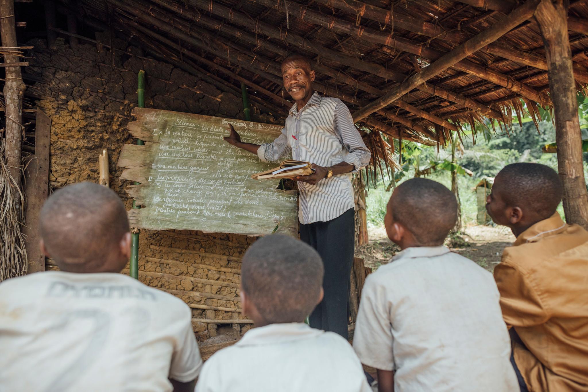 Primary school of Lokolama. © Kevin McElvaney / Greenpeace