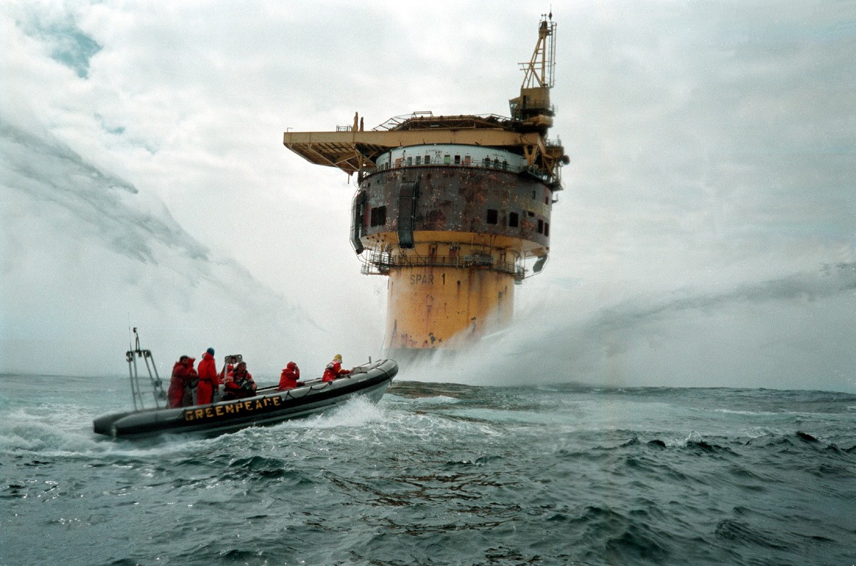 Action at Brent Spar Oil Rig in the North Sea © Greenpeace / David Sims