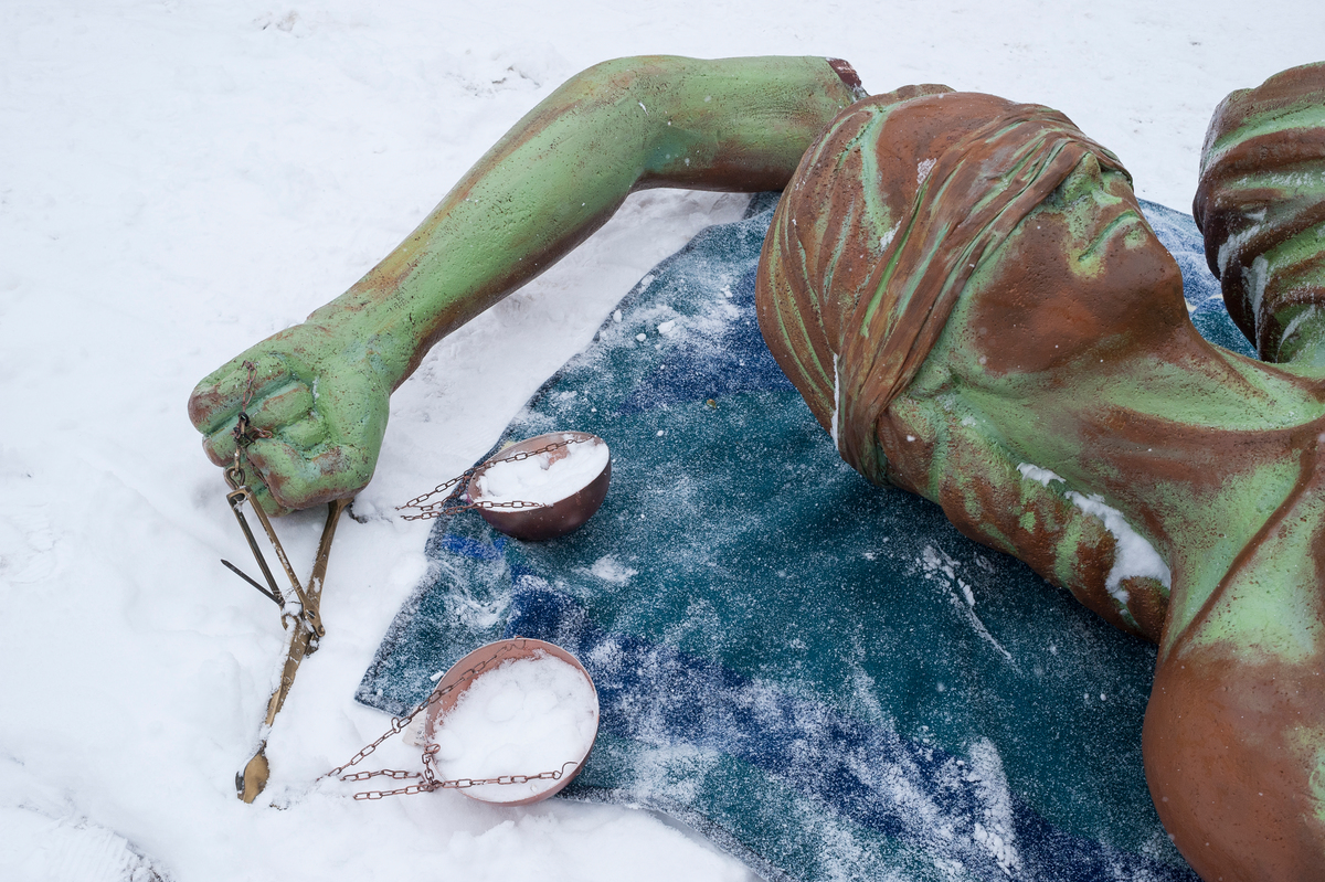 Statue of Justice Activity in Davos © Greenpeace / Ex-Press / Flurin Bertschinger