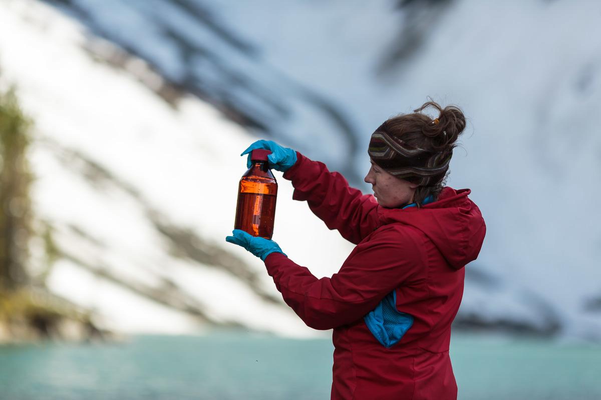 Water and snow samples taken at the Verhnemultinskoe Lake, Altai Mountains, in Russia © Roman Zaykovskiy / Greenpeace
