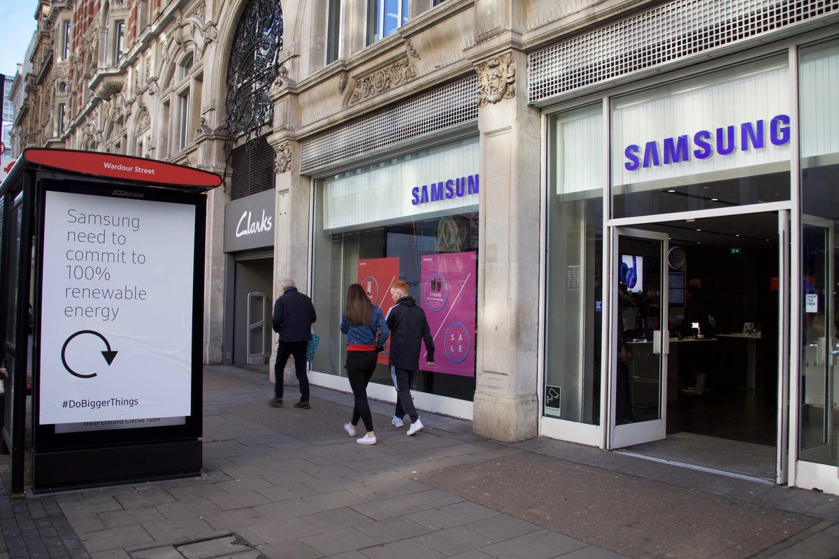 Samsung Flagship Store Action in London. © Greenpeace