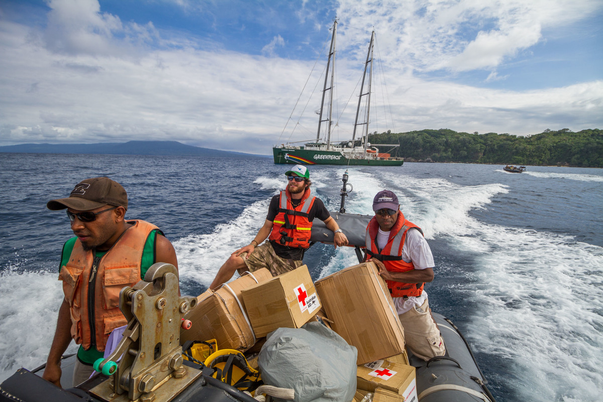 Delivering Medical Supplies to Pentacost Island. © Steven Lyon / Greenpeace