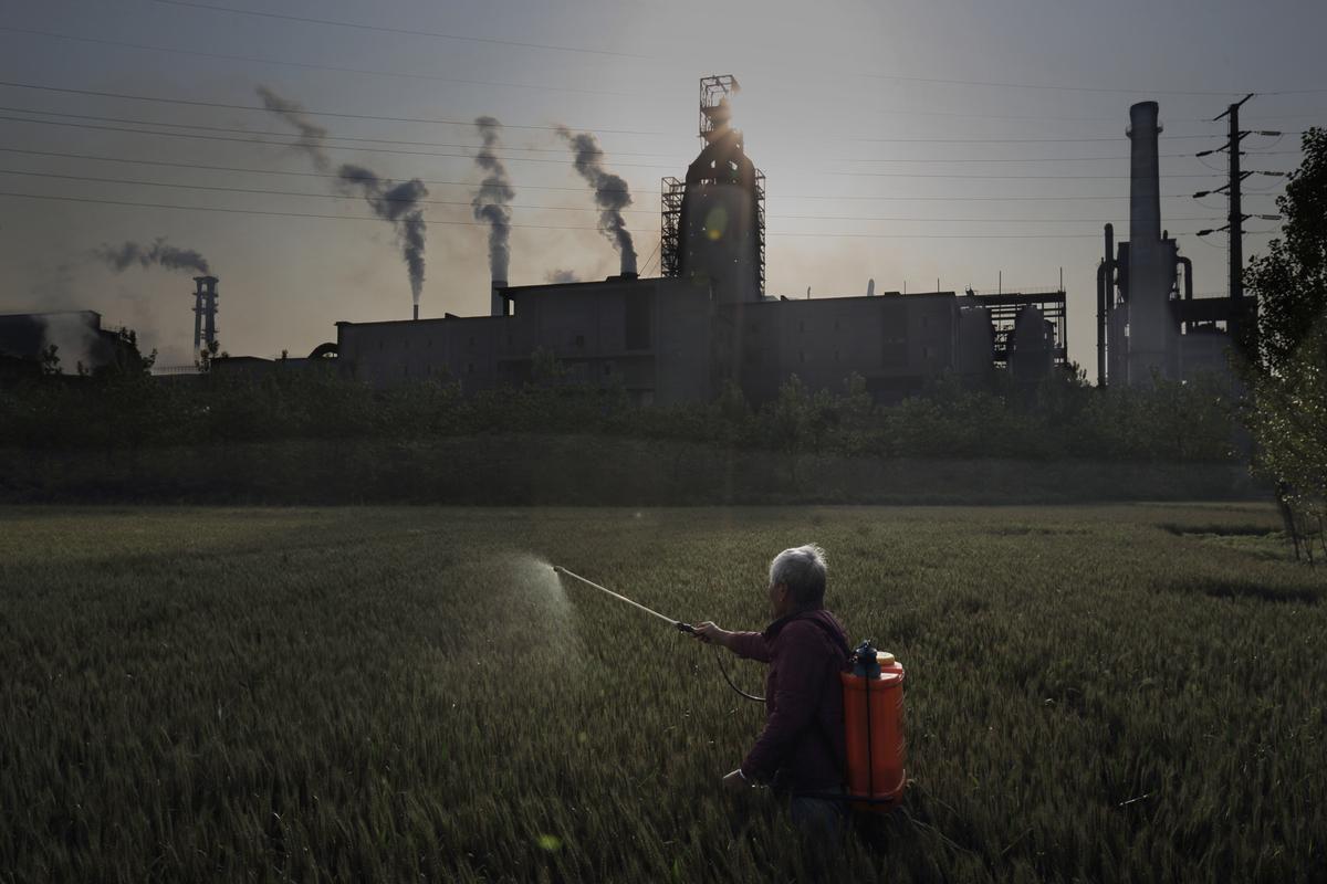 Spraying Crops by a steel plant in Jiangsu © Lu Guang / Greenpeace