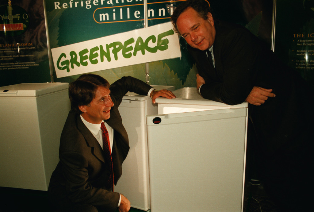 Peter Melchett (ED GP UK in 1998) and Malcolm Walker (Iceland Frozen Foods) with a GreenFreeze fridge © Greenpeace / Nick Cobbing