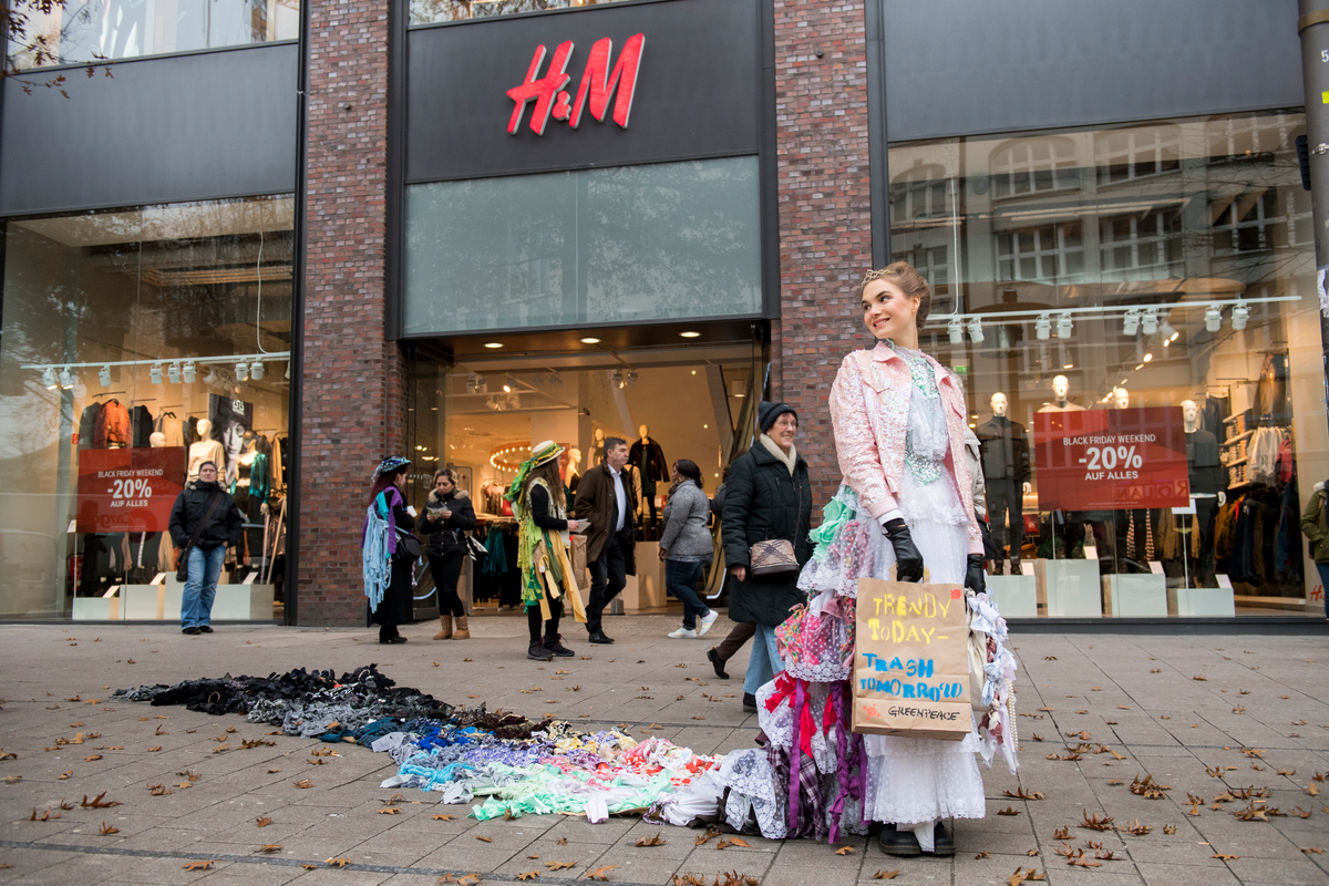 "Trash Queen Promotes ""Buy Nothing Day"" on Black Friday in Hamburg © Bente Stachowske / Greenpeace"