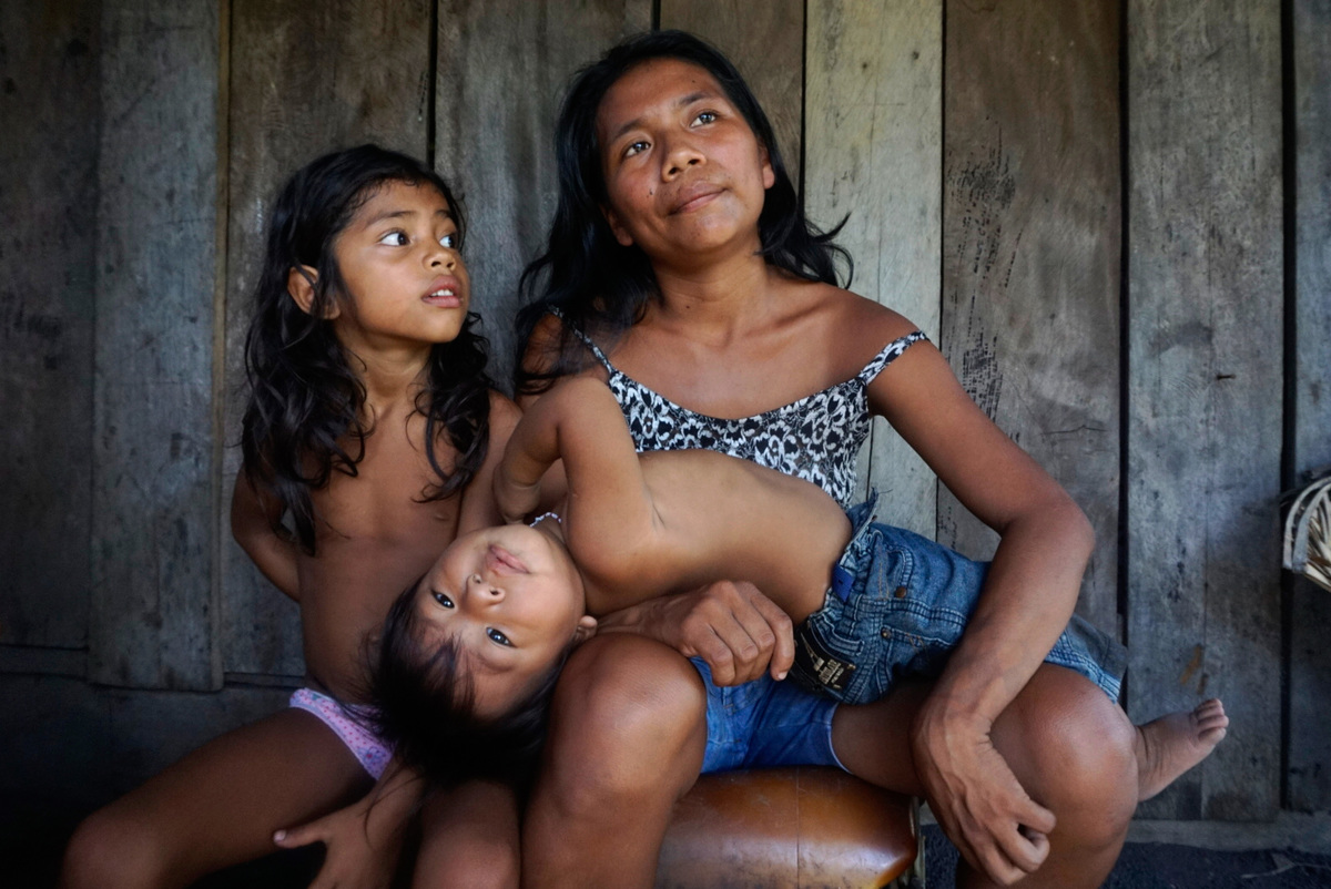 Munduruku Mother and Children Portrait in the Sawré Muybu village in the Amazon © Rogério Assis / Greenpeace