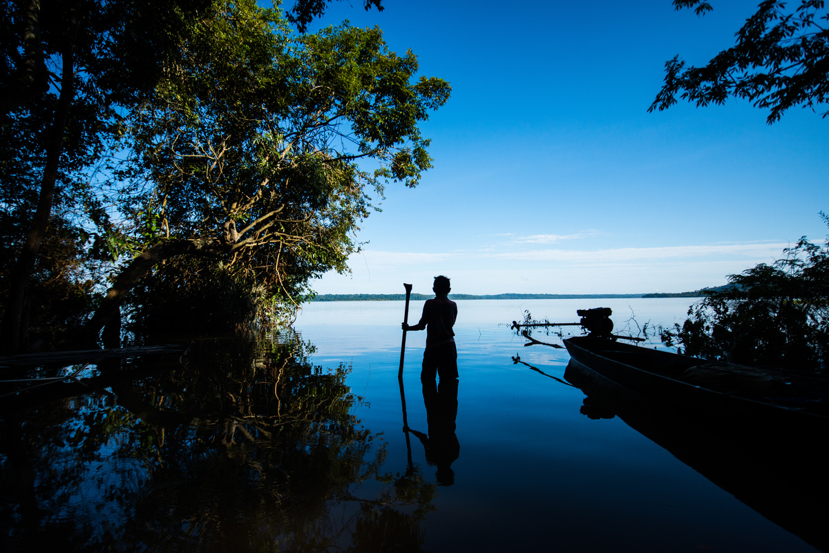 A Munduruku in the Tapajós River, in the Amazon rainforest. © Valdemir Cunha / Greenpeace