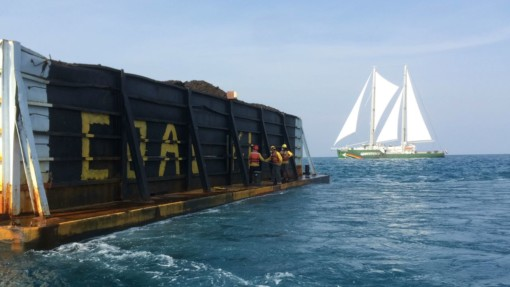 Greenpeace Indonesia activists paint coal barges in the Karimunjawa archipelago @ Greenpeace