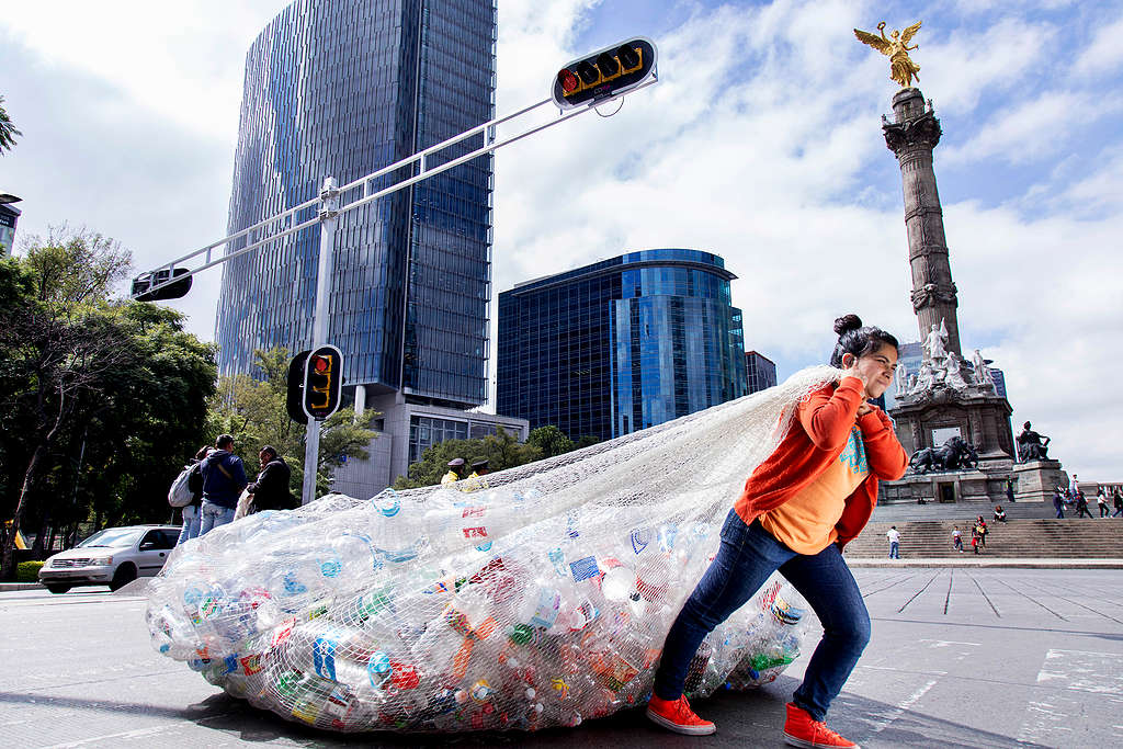 Protest against plastic consumption in Mexico © Argelia Zacatzi / Greenpeace