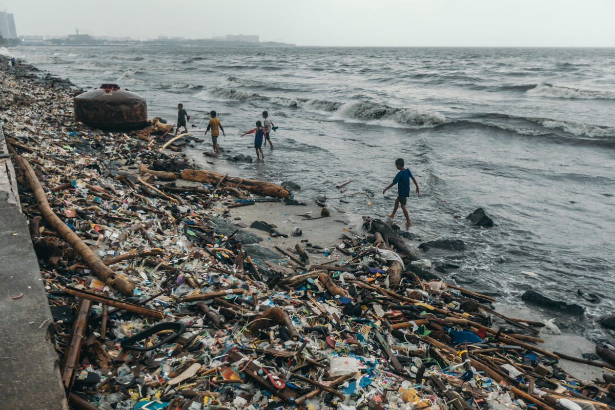 Mounds of plastic trash are carried away into the shores of Manila Bay by monsoon and Typhoon Yagi (local name Karding) in Manila, Philippines. © Jilson Tiu / Greenpeace