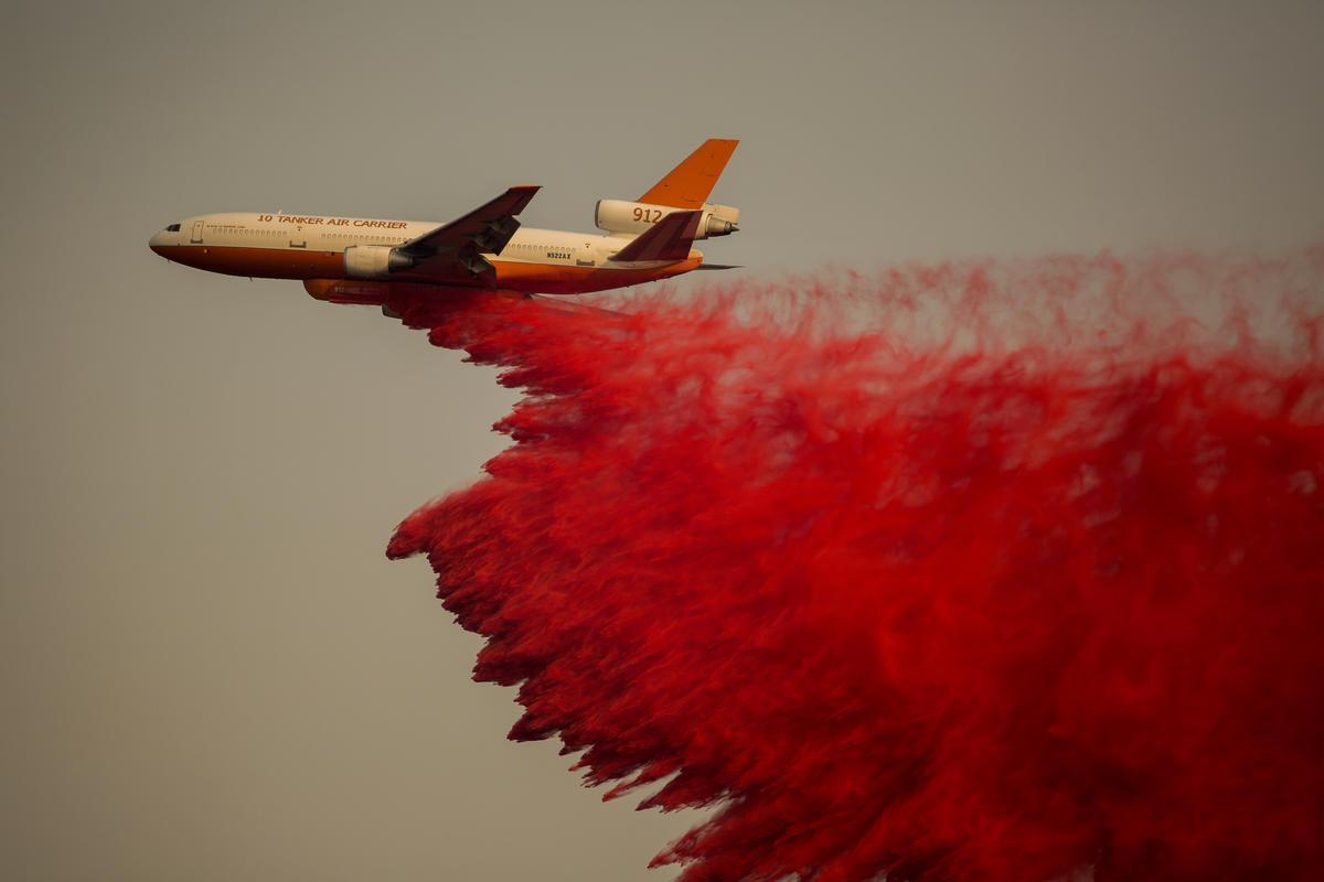 The 10 Tanker Air Carrier DC10 firefighting jet drops fire retardant during the Holy Fire near Lake Elsinore, California. © David McNew / Greenpeace