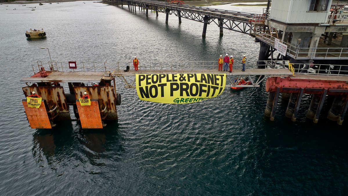 Action at Shell's Batangas Oil Refinery in the Philippines © Noel Guevara / Greenpeace