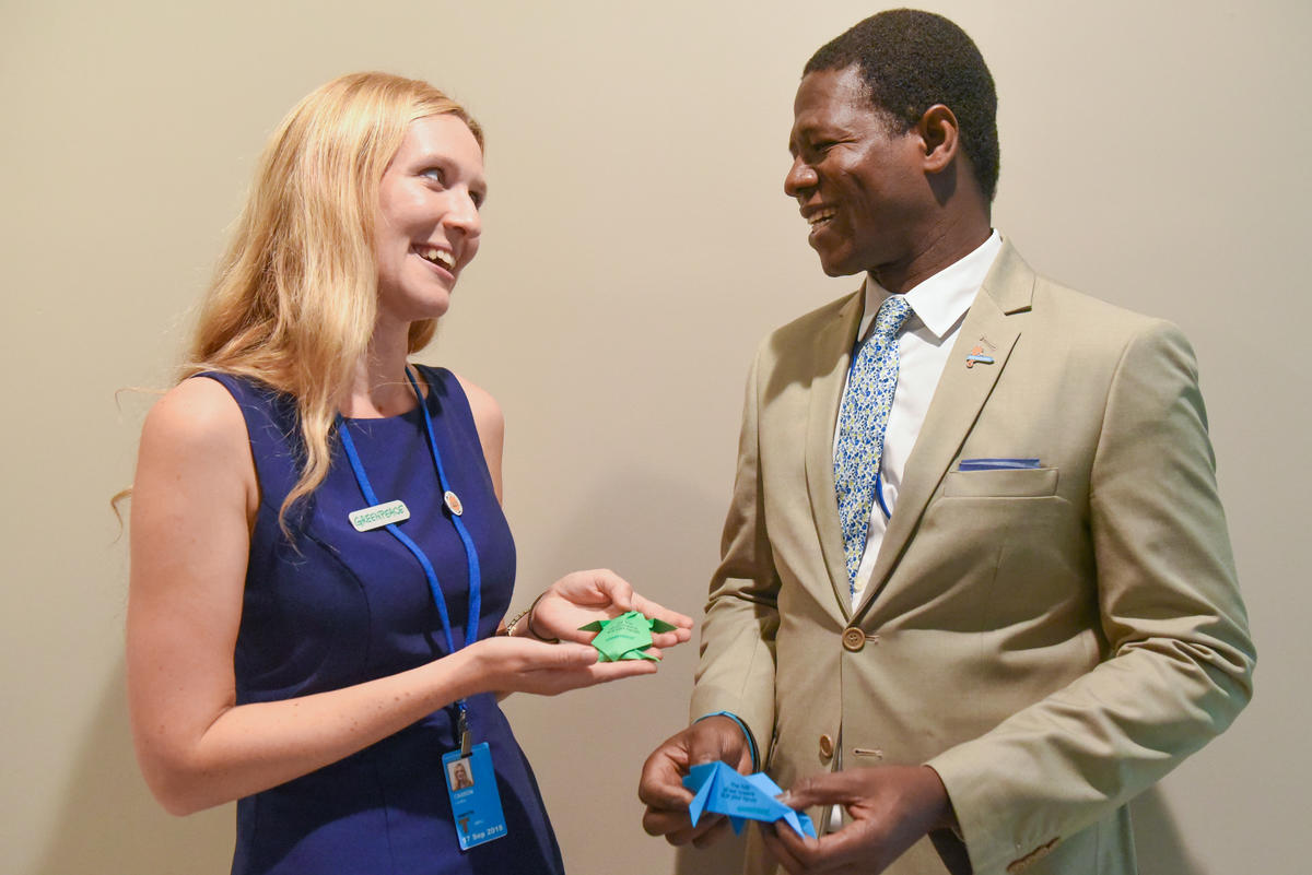 Greenpeace activist delivers origami to UN delegate © Stephanie Keith