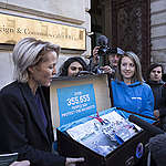 Gillian Anderson Delivers Protect the Antarctic Petition in London © John Cobb / Greenpeace
