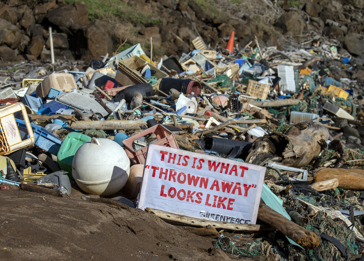 Plastic clean up on Kaho'olawe. © Tim Aubry