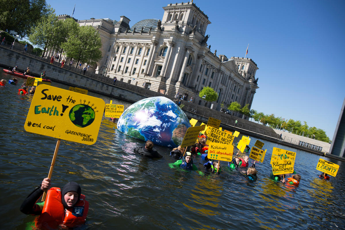 Greenpeace Youth Swims for Climate Protection in Berlin. © Jan Zappner