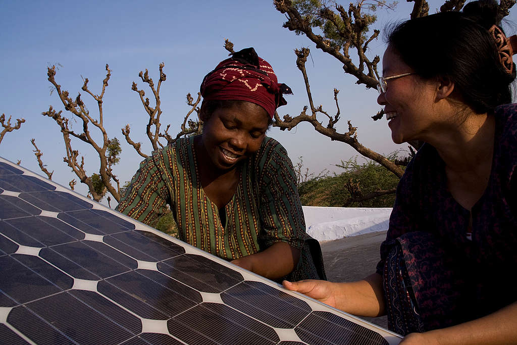 Women studying solar solutions in India © Greenpeace / Emma Stoner