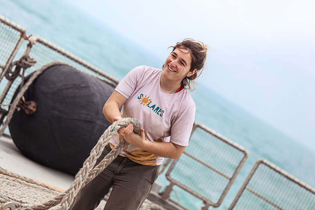 Deckhand Vicky Gonzalez on Rainbow Warrior in Hong Kong © Greenpeace / Vincent Chan