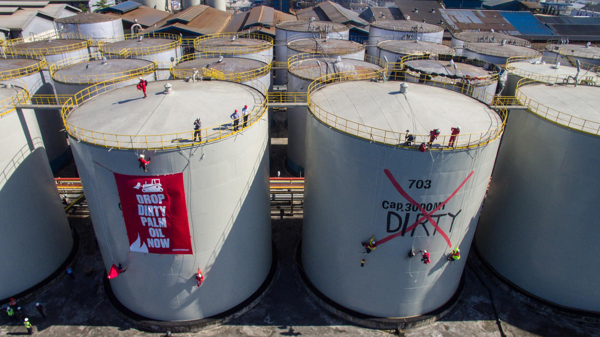 Activists occupy a Wilmar refinery © Rendra Hernawan / Greenpeace