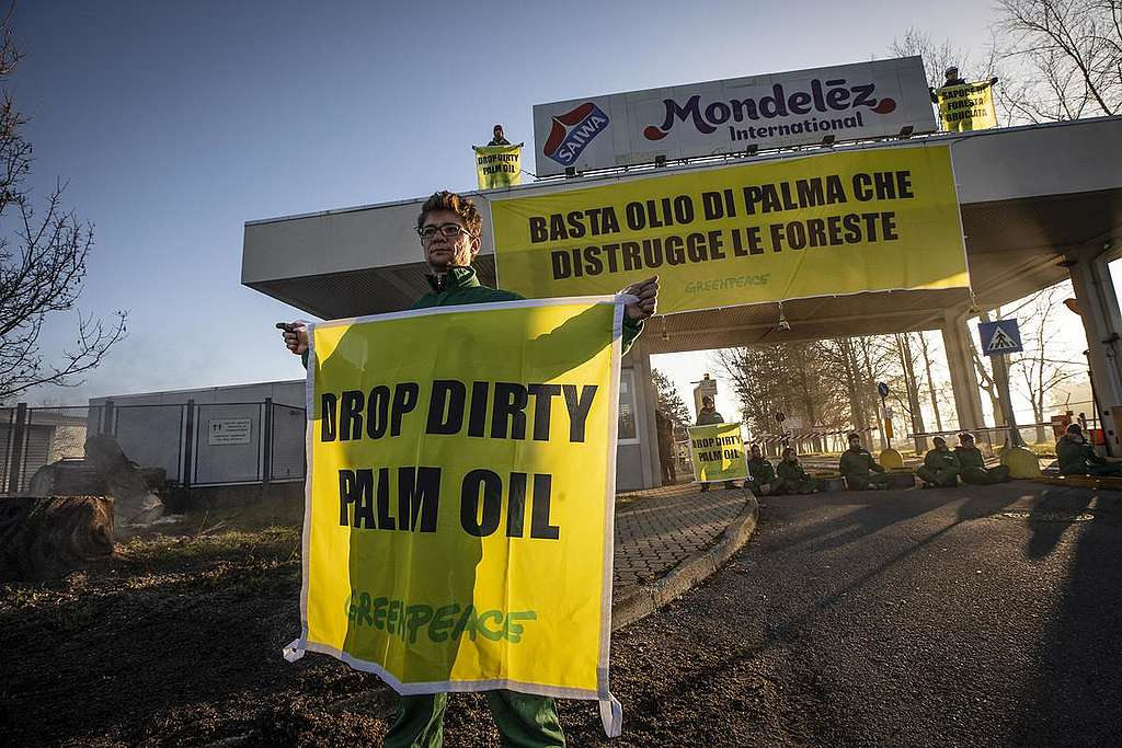Greenpeace Italy activists in action at Mondelez's factory in Capriata d'Orba © Lorenzo Moscia / Greenpeace