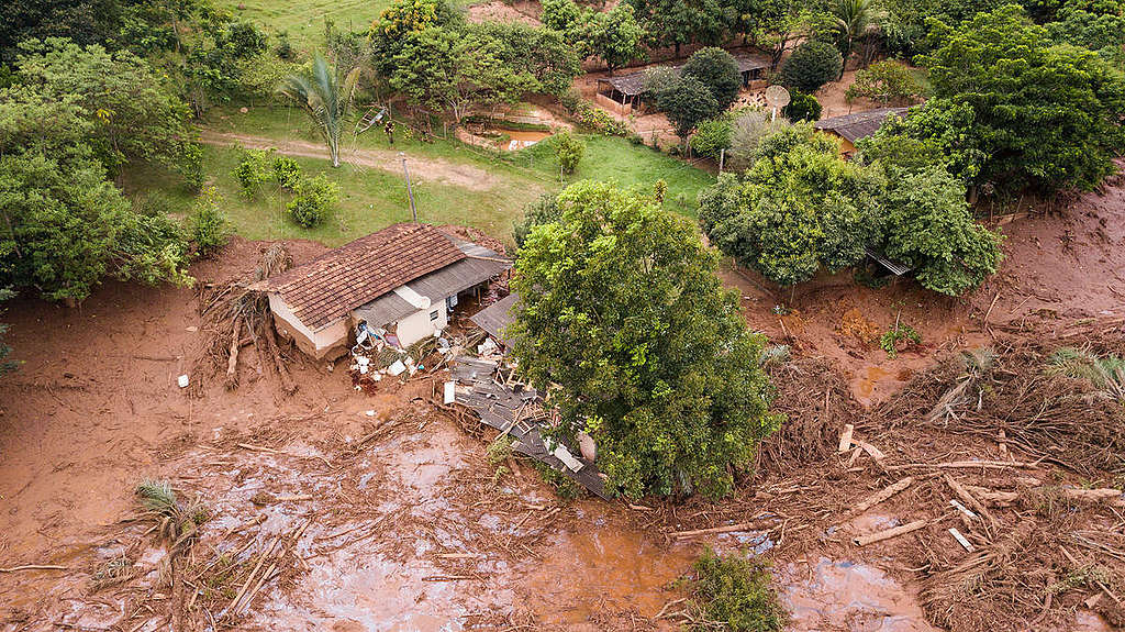 Wreckage of a house in the path of the mudslide. © Fernanda Ligabue / Greenpeace