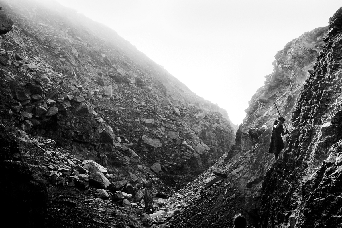 Suzanne Lee's photography series 'Minor Miners' documents the hazardous working conditions of children forced to work in coal mines in in Jharia, a small town in Jharkhand, India, due to extreme poverty and displacement. © Suzanne Le