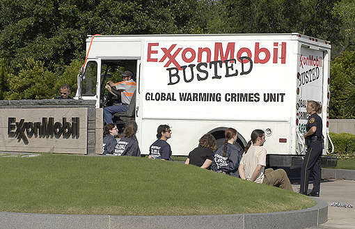 Action at Exxon Mobil HQ in the US © Robert Visser / Greenpeace