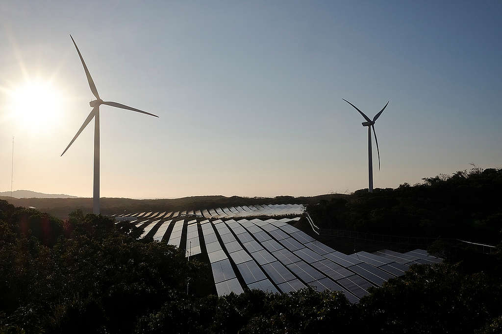 Wind Farm and Solar Power Plant In Ilocos Norte © Veejay Villafranca / Greenpeace