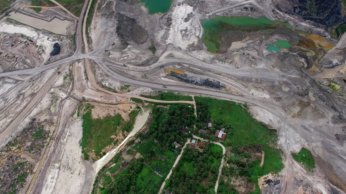 Village Surrounded by Coal Mine in East Kalimantan. © Greenpeace