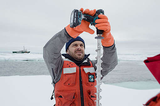 Dr. Till Wagner drills a hole in an ice floe during scientific measurements © Denis Sinyakov / Greenpeace