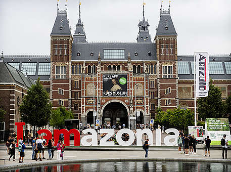 Greenpeace turns world-famous 'iAmsterdam' sign into solidarity message to save Amazon © Marten van Dijl / Greenpeace