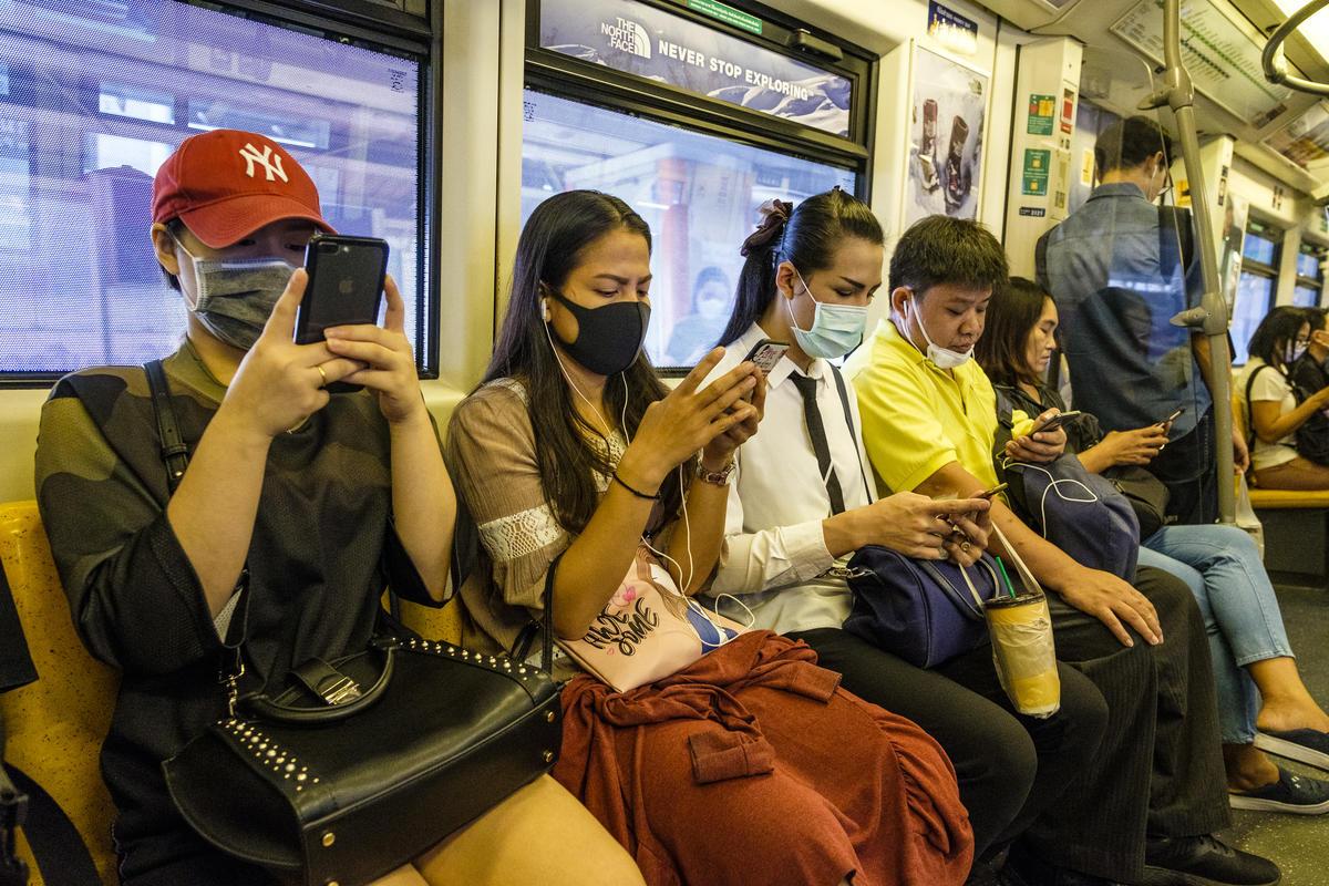 Citizens Wear Masks against Air Pollution in Bangkok. © Arnaud Vittet / Greenpeace