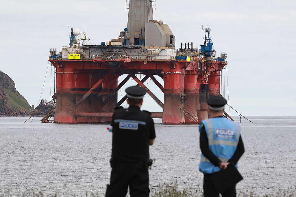 Greenpeace Climbers on BP Oil Rig Scotland © Greenpeace