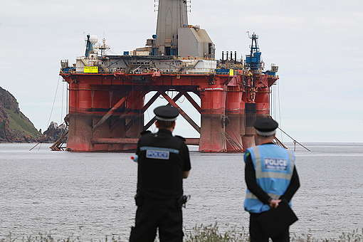 Greenpeace Climbers on BP Oil Rig Scotland © Greenpeace