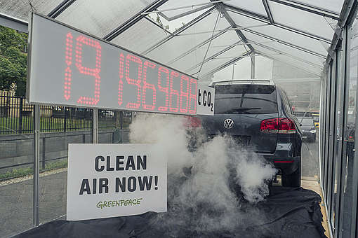 Climate Protest with CO2 Debt Clock in Berlin © Kevin McElvaney / Greenpeace
