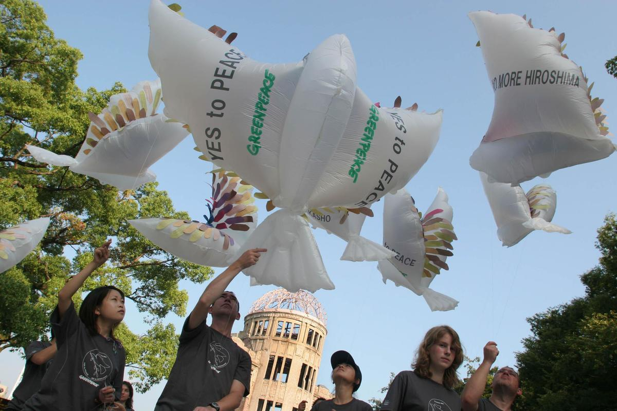 Peace Doves - Hiroshima Atomic Bombing 60th Anniversary. Japan 2005. © Greenpeace / Jeremy Sutton-Hibbert