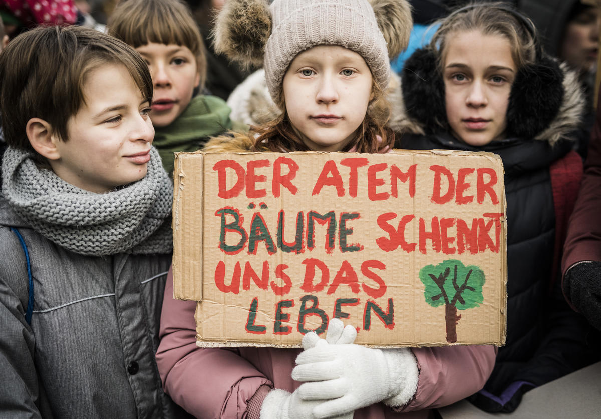 With a demonstration for more climate protection, 10.000 students from all over Germany, environmental NGOs and Greenpeace activists protest in front of the Ministry of Economic Affairs in Berlin. © Mike Schmidt / Greenpeace